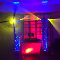 DJ Leipzig Lichtsetup Party mit Truss-Stehern und Movinglights