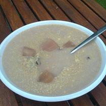 Hirsebrei in Traubensaft und Hafermilch mit Kardamom. Sehr zu empfehlen auch.