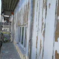 Fassadenholzverkleidung nach dem anschleifen des alten Lackes.