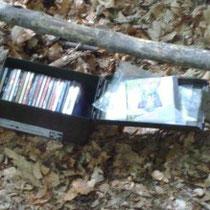 Eine Munitionskiste mit CDs