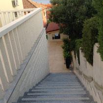 Treppe zur Hauptterrasse