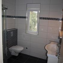 Ein Badezimmer mit moderner Garnitur