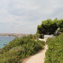 Zur einen Seite gibt es einen Weg, der zu einem schönen Spaziergang oder Jogging am Meer entlang einlädt