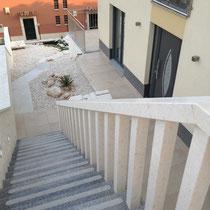 Treppe auf der linken Seite des Hauses