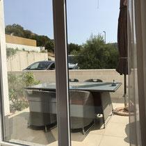 Vom Schlafzimmer kommt man auf die Terrasse mit schöner Sitzgelegenheit