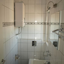 Das Badezimmer ist kompakt und gut eingerichtet