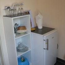 Die kleine Teeküche mit Kühlschrank