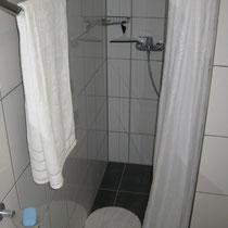 Die Dusche bietet ausreichend Platz