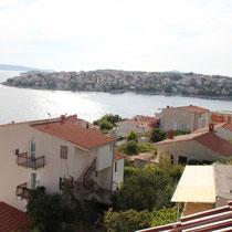 Die angrenzende Bucht und das Dorf Okrug Gornij