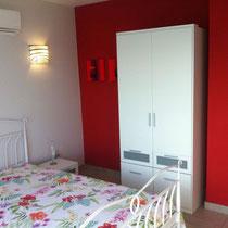 Das 2. Schlafzimmer mit Zugang zum Balkon und ausreichend Stauraum. Für Gross und Klein geeignet
