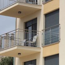 Der Balkon mit einer schönen Aussicht auf die Adria
