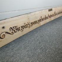 Schrift auf einer Bank, in Holz gebrannt