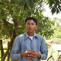 Ein Menschenrechtsaktivist aus dem Dorf erläutert uns die Probleme der Landnahme.