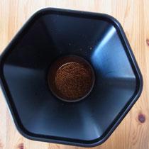 Eingefülltes Kaffeepulver - frisch gemahlen mit der Handmühle
