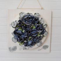Blumenkranz weiß-blau auf Holzbrett zum Hängen