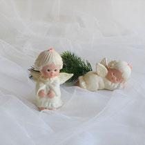 Sitzender und schlafender Engel aus Keramik in cremeweiß