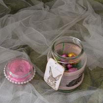 Dekoglas mit Banderole und  Federn in rosa im Deckel