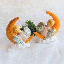 Zwei auf dem Mond sitzende Putten aus Keramik