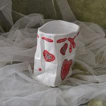 Keramiktüte mit roten Herzen aus Serviettentechnik