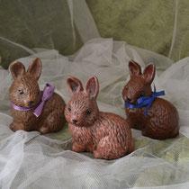 kleine sitzende Keramikhasen