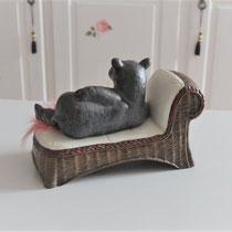 Nilpferd auf weißer Couch