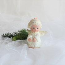 Sitzender Engel aus Keramik in cremeweiß
