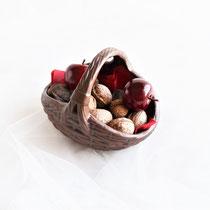 Geflochtener brauner Korb aus Keramik