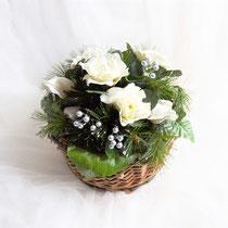 Weihnachtsgesteck im Weidenkorb silber-creme