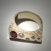 Bague Mounette or gris, diamants et rubis