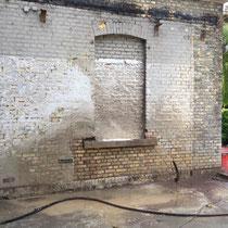 Feuchtsandstrahlen Vorher Nachher Strahlgerät mieten leihen Dienstleistung Beispiel Klinker Backstein Fassade  Putz Reinigung