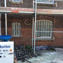 Feuchtsandstrahlen Vorher Nachher Strahlgerät mieten leihen Dienstleistung Beispiel Klinker Backstein Fassade Reinigung