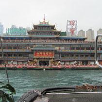 Restaurant im Hafenbecken von vorne