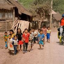 kinderen onderweg - bergdorp - Noord-Laos
