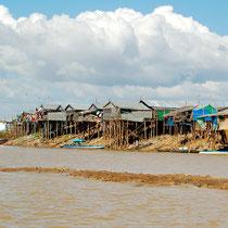 支流脇に建つ質素な家々