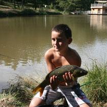 Pêche avec cabane flottante en arrière-plan