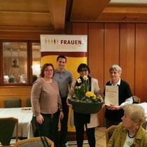 Frauen-Union Langenzenn:  Doren Weghorn und Adelheid Seifert mit der Jubilarin