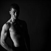 Akt Mann Oberkörper schwarz weiß