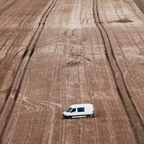 Auto auf dem Feld