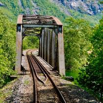 Norwegen Schiene Zug Brücke