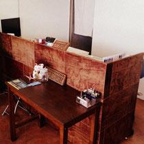 店内は木(昔の学校の机を加工した特注家具)を多用しあたたかい雰囲気にしております。