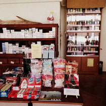 店内のたばこコーナー、手巻きたばこを豊富に取り揃えております。
