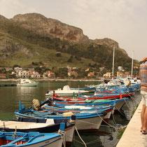 Küsschen am Hafen von Sferrocavallo.