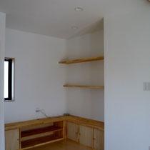 棚を多く設けることにより、収納かつ見せる空間を活かせるようにしました
