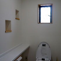 飾り棚をつくり、棚の奥行ができることにより広さを感じられるように1つの居室として考えました