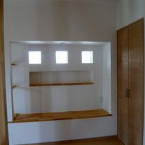 ご主人様の趣味であるプラモデルを飾る棚をつくり、空間のアクセントとなるようにしました