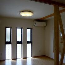 窓と防犯上安全なガラスブロックを併用し、より多く光と風をとりこめるようにしました