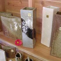 椿灰で調整した釉薬を使った伊豆大島の民芸焼き物「椿の花焼」