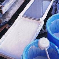 陶芸用の釉薬に利用する際には、さらに一日に何度も水を取り替えて、指を入れてもサラっとした感じになるまで5~6日繰り返す。この状態になった灰を、布を敷いた箱に入れて水を切る。