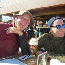 Wolfgang und sein Bruder Rudi beim Flüssigkeitsausgleich - auf solchen Seehöhen besonders wichtig !