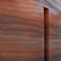 Eine edle Wand aus Stampferde mit 3 verschiedenen Materialschichten gemischt. Bildquelle: earthwall.net